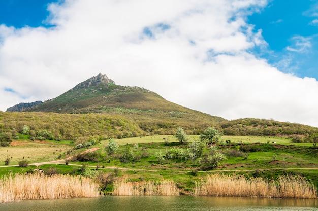 Вид на горы и озеро с природой