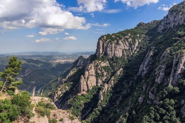 スペイン、カタルーニャのモントセラト修道院サンタ マリア デ モントセラト周辺の山と平原の眺め。