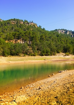 晴れた日の山の湖の景色