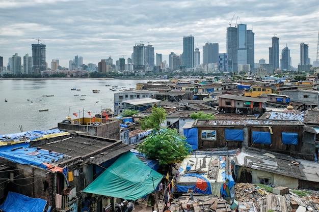 バンドラ郊外のスラム街のムンバイのスカイラインの眺め
