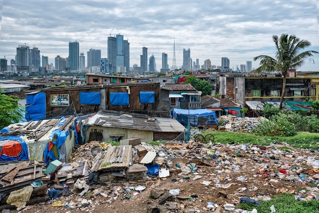 반 드라 교외에 빈민가 뭄바이 스카이 라인보기