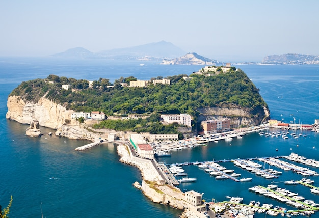 Вид на неаполитанский залив из поццуоли. острова искья и прочида на линии оризонта.