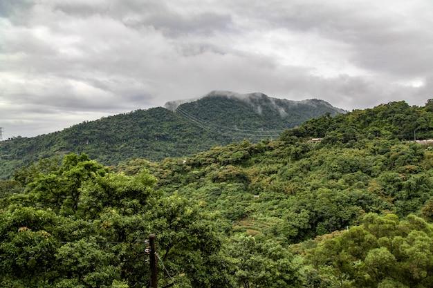 Взгляд города природы в тайване от горы maokong