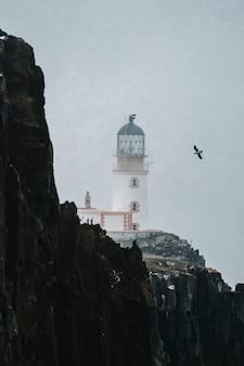 Вид на маяк нейст-пойнт на острове скай в шотландии