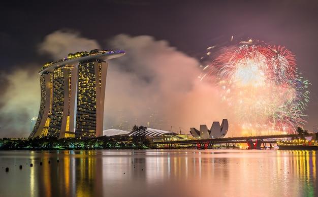 Вид на новогодний фейерверк над заливом марина в сингапуре