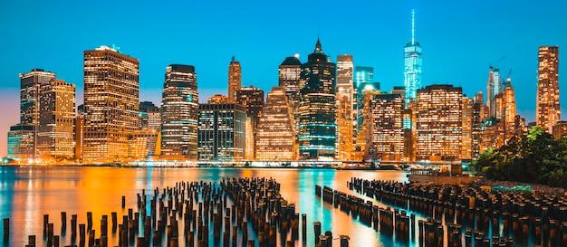 Вид на городской горизонт нью-йорка манхэттена в сумерках, сша.