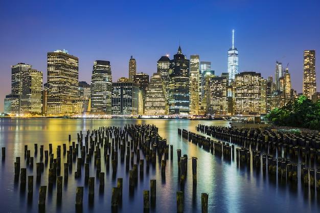 アメリカ、夕暮れ時のニューヨーク市マンハッタンのダウンタウンのスカイラインの眺め。