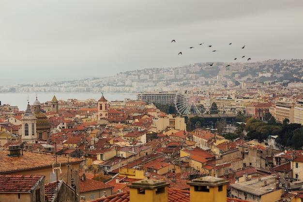 ニースの旧市街へのニースの街並みの眺め。上からの旧市街の眺め。