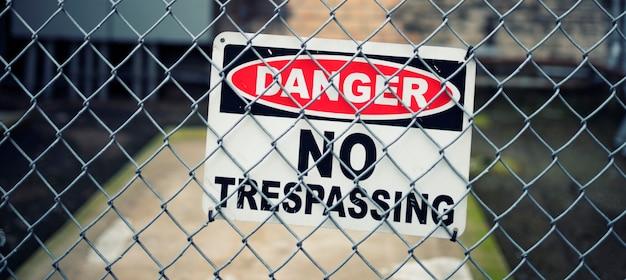 米国シカゴの立ち入り禁止標識の表示