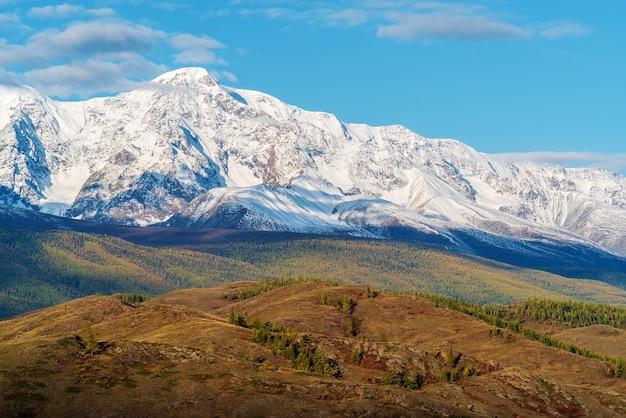 Вид на северо-чуйский хребет с холмов курайской степи. алтай, россия