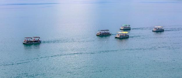 유람선이 선별적으로 초점을 맞춘 오흐리드 호수의 전망