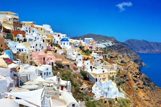 イアの町、素晴らしいユニークな島サントリーニの眺め。ギリシャの旅行とランドマーク