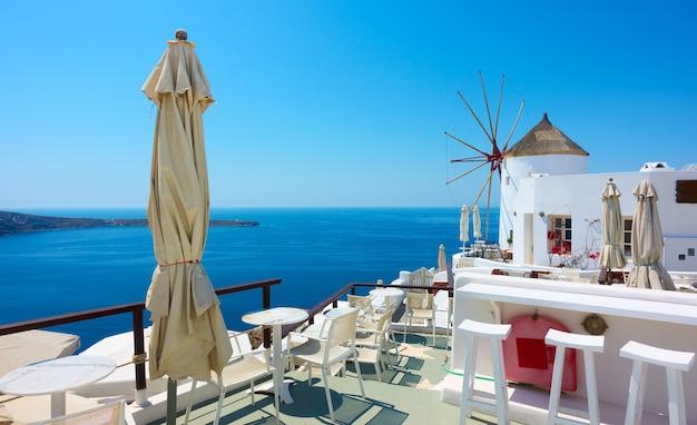 오래된 흰색 풍차가 있는 산토리니 섬의 이아(oia) 마을 전망, 그리스 - 자신의 텍스트를 위한 공간이 있는 그리스 풍경