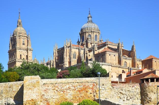 Вид на старый и новый соборы в саламанке, испания