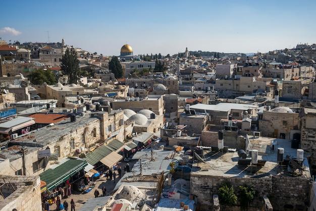 Ramparts에서 오래 된 도시의보기 백그라운드에서 jeru 백그라운드에서 바위의 돔 및 다윗의 탑