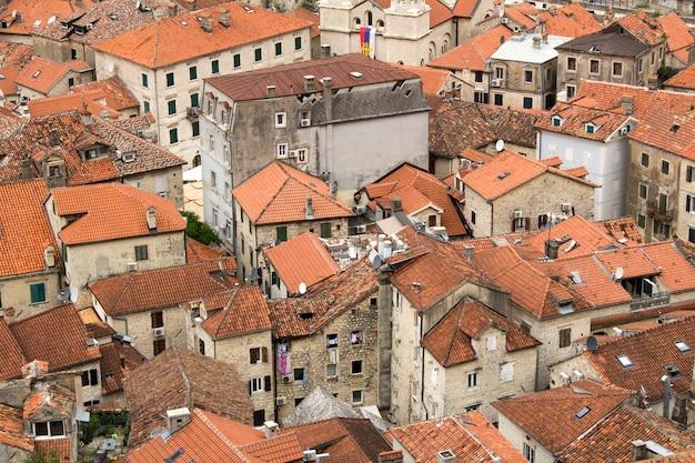 夏の日の旧市街の家の眺め。コトル。モンテネグロ。