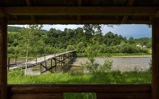 窓からの古い木製の橋の眺め
