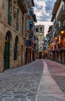 Вид на одну из живописных улиц рыбацкой деревни гетария в гипускоа, испания.