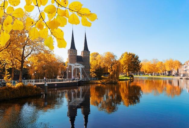가을날 네덜란드 델프트(delft)에 있는 오스르포르트(oosrpoort)의 상징적인 역사적 문 전망