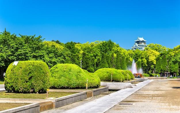 Вид на парк замка осаки в осаке, япония