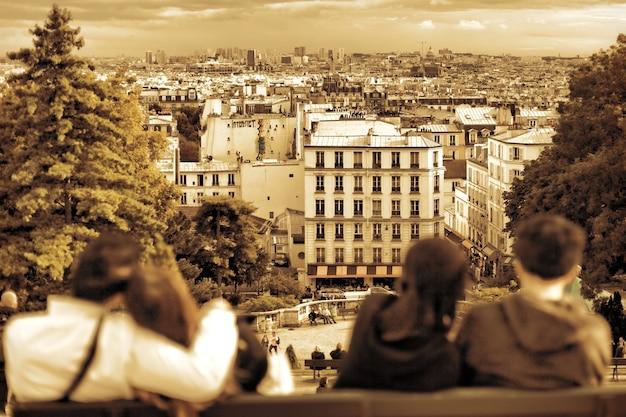 モンマルトルの丘からのパリの眺め。恋のカップル。パリ。フランス