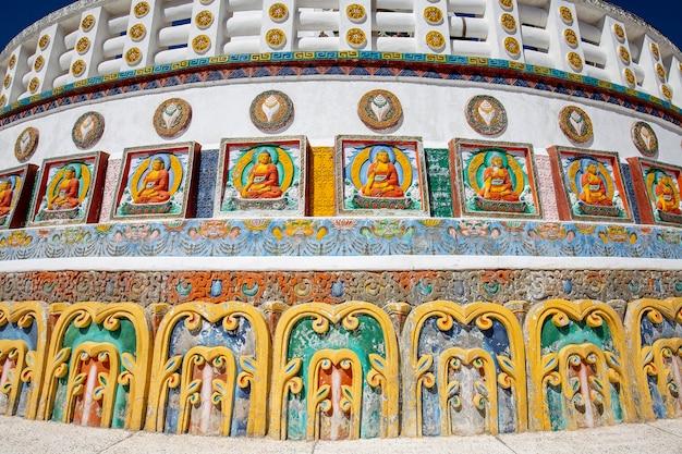 인도 라다크(ladakh), 잠무(jammu), 카슈미르(kashmir) 산악 마을 레(leh)에 있는 톨 샨티 스투파(tall shanti stupa)의 일부 전망