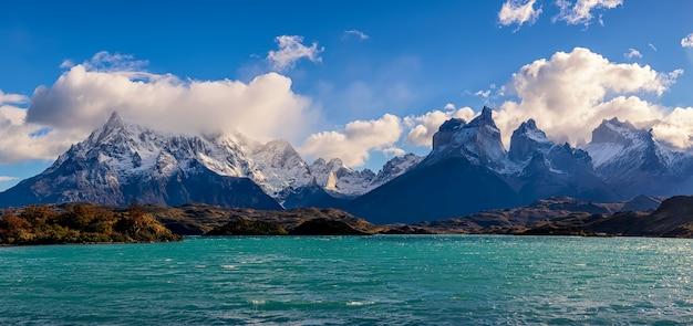 Вид на озеро пехо и куэрнос-дель-пайне в национальном парке торрес-дель-пайне, патагония, чили