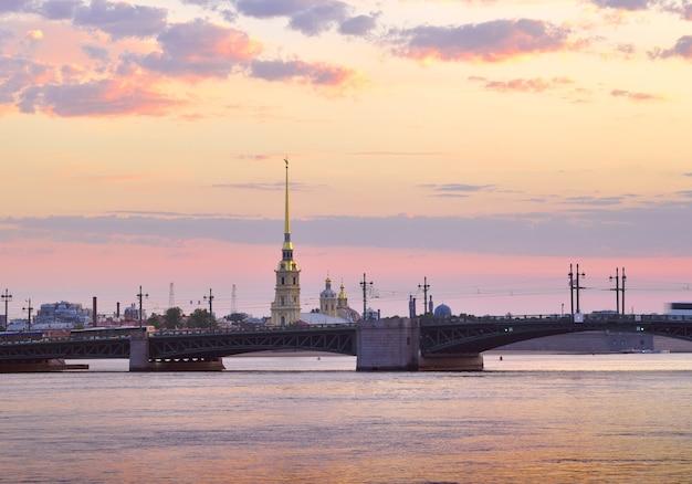 Вид на петропавловский собор на рассвете дворцового моста