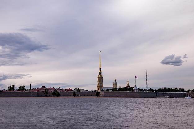 Вид на петропавловскую крепость и неву днем