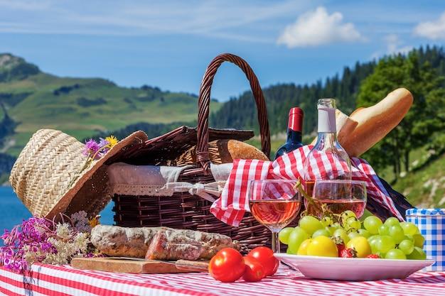 湖とフランスアルプスの山々でのピクニックの眺め