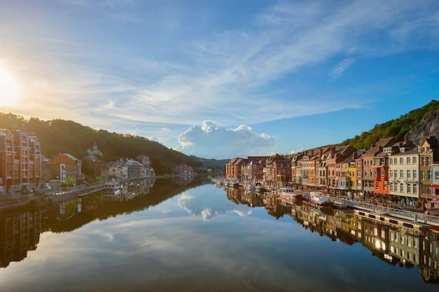 Вид на живописный город динан бельгия