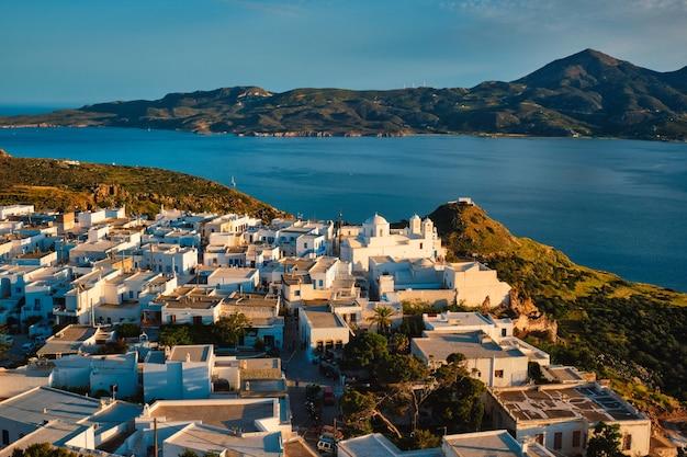 ギリシャの日没時のミロス島のプラカ村の眺め