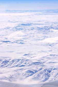 Вид на крыло самолета со снежной индейкой