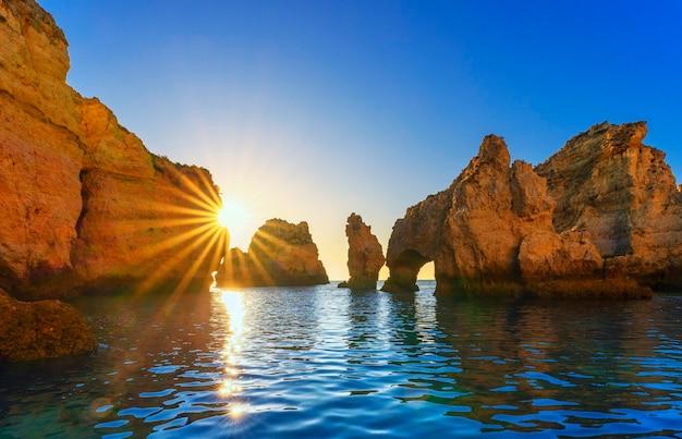 Вид на понта-да-пьедаде на рассвете, алгарве, португалия