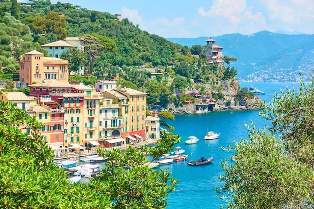 Вид на город портофино - известный курорт на итальянской ривьере в лигурии, италия
