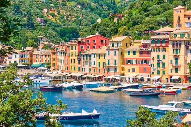 Вид на город портофино - роскошный курорт на итальянской ривьере в лигурии, италия