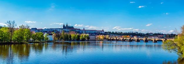 ヴルタヴァ川に架かるプラハ城とカレル橋の眺め