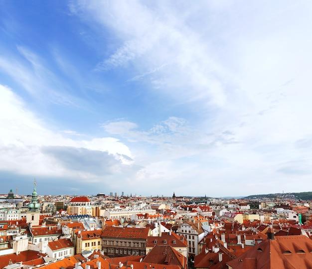 Вид на прагу из староместской ратуши с астрономическими часами на красных крышах прага чешская республика
