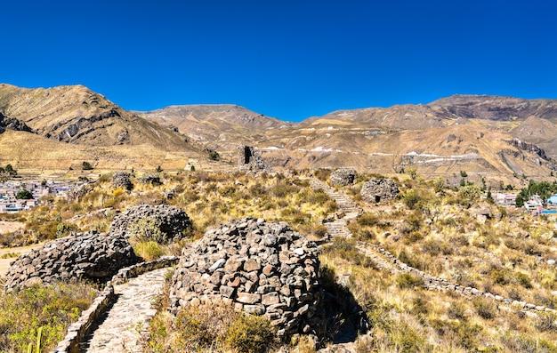 페루의 콜카 캐년에서 치바이의 잉카 이전 유적지의 전망