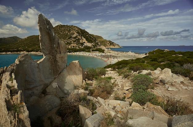 여름에는 자연 바위 곶 꼭대기에서 푼타 몰렌티스 해변의 전망을 감상하실 수 있습니다.