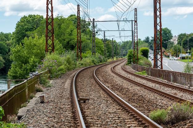 Вид на железную дорогу во французской деревне