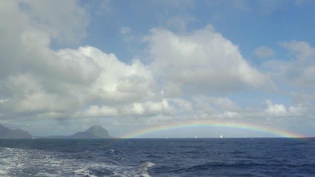 인도양 모리셔스 섬에 구름과 푸른 하늘에 무지개의 보기