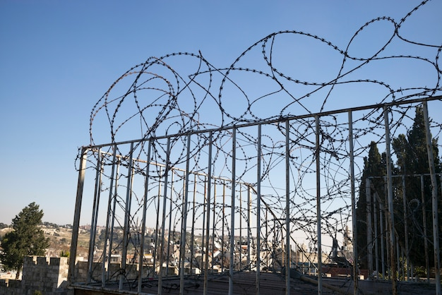 Вид бритвенных проводов на перилах на стене вокруг ворот дамаска, старый город, иерусалим, израиль