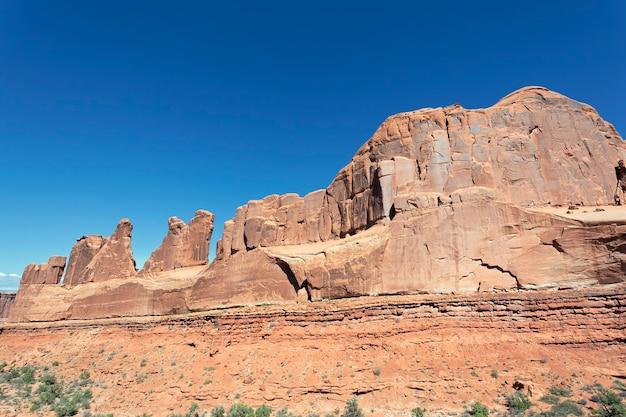 ユタ州アーチーズ国立公園の赤い岩の眺め