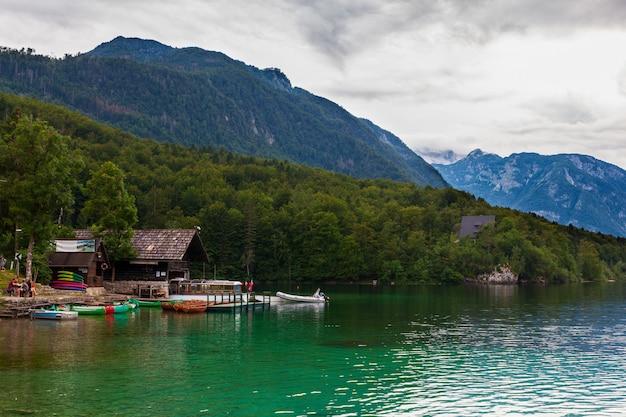 Вид пункта проката лодок на озере бохинь
