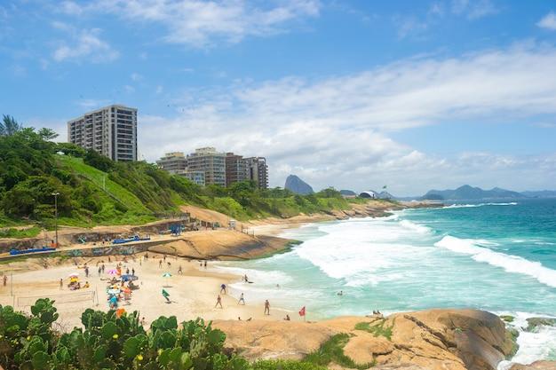 Вид на пляжи рио-де-жанейро, полные людей.