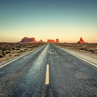 モニュメントバレー、米国への道の眺め