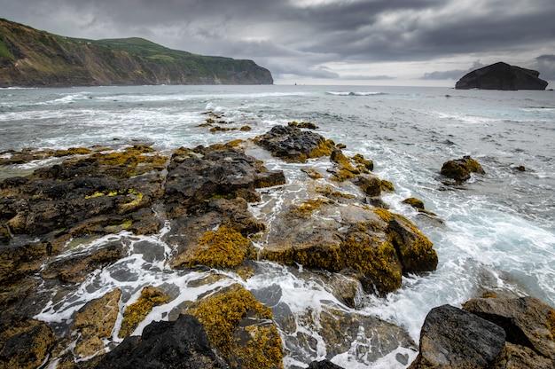 Вид на скалистый пляж в мостейрос. остров сан-мигель. азорские острова португалия