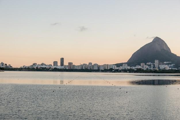 ブラジル、リオデジャネイロのロドリゴデフレイタスラグーンの眺め。