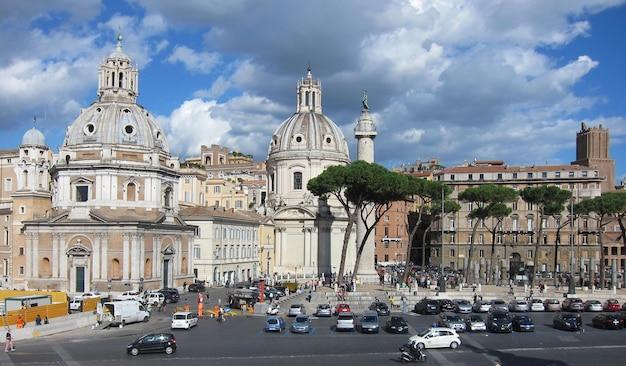 フォロロマーノの眺め、前景のサトゥルヌス神殿に焦点を当てる